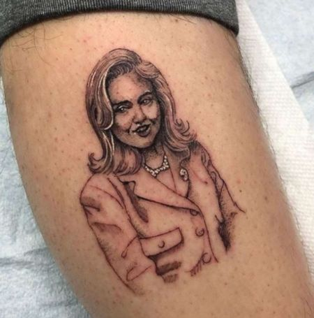 Pete showed his support to politician Hillary Clinton by sketching her potrait in his leg.