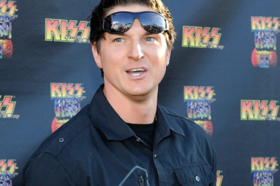 Zak Bagans underwent nose job plastic surgery.